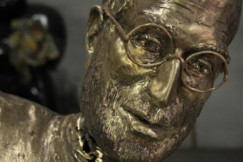 estatua de bronce en homenaje a steve jobs
